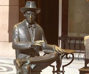 Fernando Pessoa ved A Brasileira